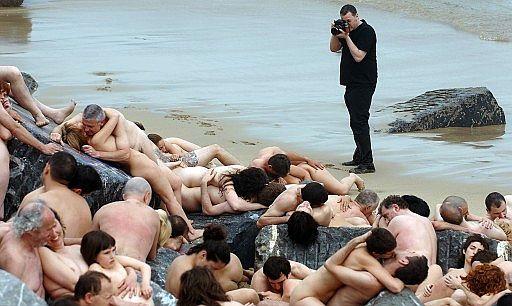 De Sus Multitudinarios Desnudos En La Playa Zurriola San