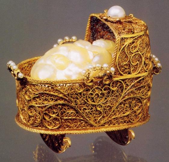 Miniatura de una cuna hecha en 1.695 en oro, diamantes, perlas, y seda elaborada por un orfebre holandés y perteneciente al Palacio Pitti, de Florencia. | Efe