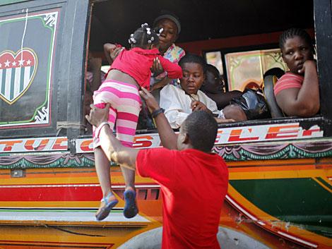 Varias personas huyen de Puerto Príncipe en un autobús. | Reuters