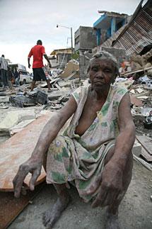 Una mujer entre ruinas. | AFP Más fotos