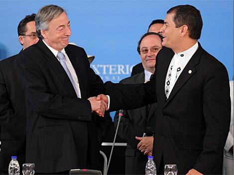 El ex presidente de Argentina Néstor Kirchner (i) estrecha la mano del presidente de Ecuador, Rafael Correa (d). | Efe