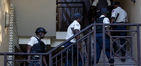 Varios policías suben por unas escaleras del Hotel Karibe en Puerto Príncipe. | Efe