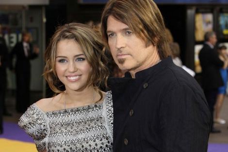 Miley Cyrus junto a su padre. I AFP
