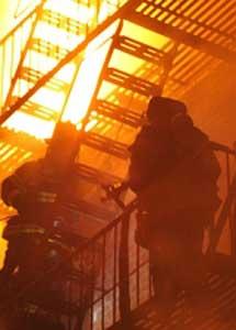 Los bomberos tratan de apagar el fuego. I AP
