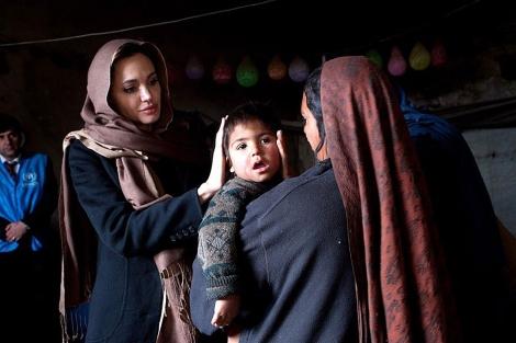 Angelina Jolie con una madre y su hijo en Afganistán. | Reuters