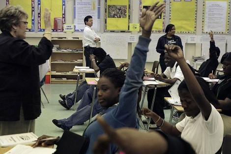 Jóvenes estudiantes de secundaria en un colegio de Miami. | AP