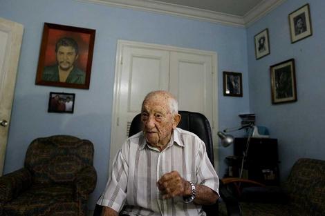 Granado durante una entrevista y detrás una foto del Che Guevara. | AP