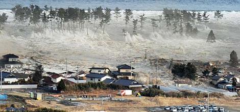 El tsunami provocado por el terremoto de Japón golpea la localidad nipona de Natori, en la prefectura de Miyagi. | AP