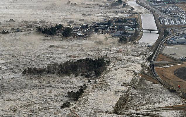 El tsunami provocado por el terremoto golpea la localidad de Iwanuma, en el norte de Japón. | AP