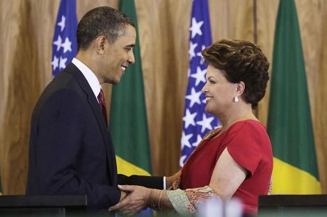 Barack Obama y Dilma Rousseff se saludan en el Palacio de Planalto. | Reuters