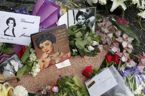 Fans de LizTaylor han dejado flores y recuerdos en su estrella del paseo de la fama. I Reuters