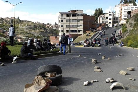 Manifestantes bloquean una calle de La Paz este jueves. | AFP
