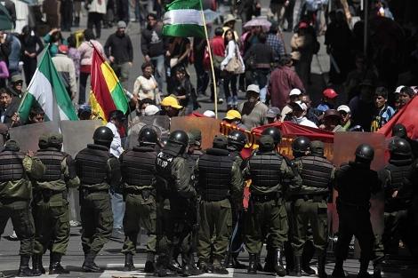 Policías bolivianos cierran el paso a los manifestantes el jueves en La Paz. | Reuters