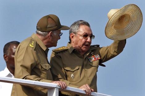 Raul Castro (d) junto al ministro Abelardo Colome durante el desfile militar.   Reuters
