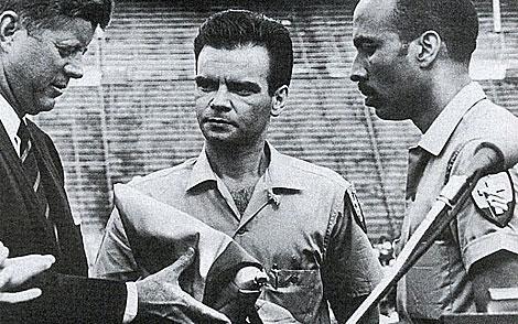 Kennedy recibe en Miami la bandera de la brigada, bajo la mirada de San Román. | AP