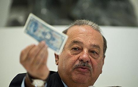 Carlos Slim muestra un billete de 20 pesos al abrir su museo Soumaya sin cobrar entrada.