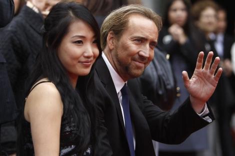Nicolas Cage con su mujer, Alice Kim. | Reuters