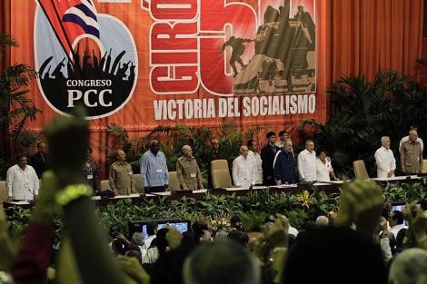 Los hermanos Castro y otros políticos durante el Congreso del Partido Comunista.   Reuters