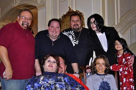 El cantante fallecido (d) en una foto de archivo con su dermatólogo (2i), entre otros.