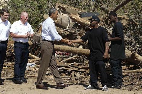 Obama saluda a dos residentes de Tuscaloosa, la ciudad más devastada. I Reuters