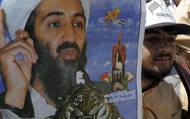 Un joven paquistaní protesta por la muerte de Osama con una foto del líder terrorista. | AFP