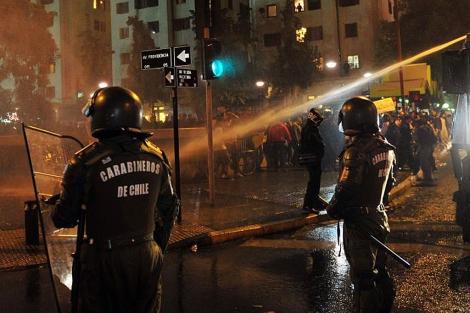 Carabineros dispersan a los manifestantes contra la hidroeléctrica con agua y gases. | AFP