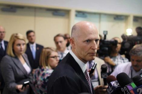 El gobernador de Florida, Rick Scott, habla con la prensa en el condado de Broward. | AFP