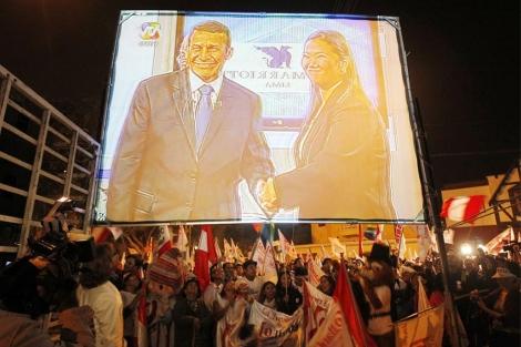 Seguimiento del debate a través de pantallas en la calle.| Reuters