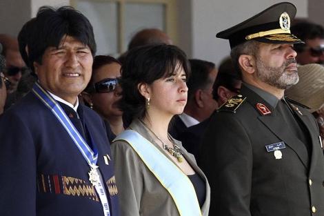 Evo Morales (Izq), el ministro de Defensa iraní y la ministra de Defensa de Bolivia (Cen). I AP