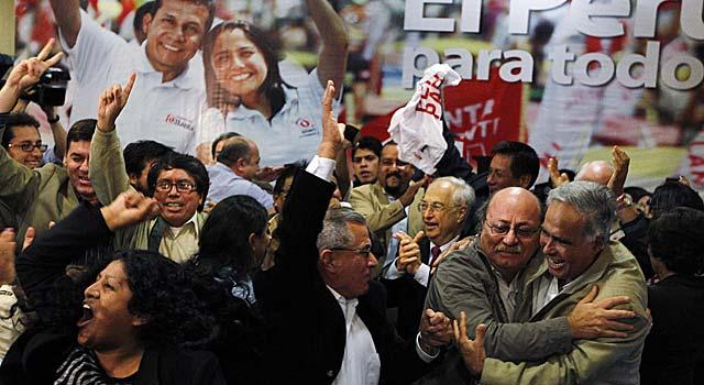 Trabajadores de la campaña de Ollanta Humala celebran los resultados preliminares. | Reuters