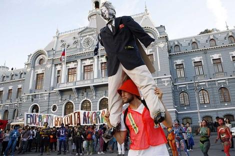 Un manifestante carga un muñeco de Piñera en una protesta estudiantil en Valparaíso. | Reuters