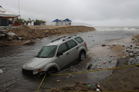 Un vehículo es arrastrado al mar por las torrenciales lluvias que propicia 'Beatriz' . | Efe