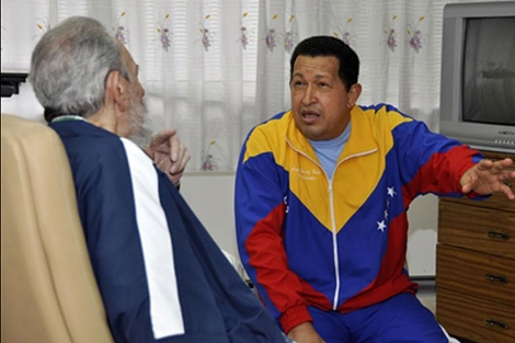 Foto difundida el sábado por La Habana sobre la visita de los Castro a Chávez.   Reuters