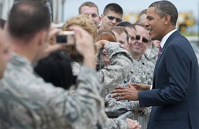 Obama con soldados estadounidenses en una base de Pensilvania. | AFP