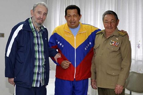 Hugo Chávez posa junto a Fidel y Raúl Castro en La Habana. | Efe