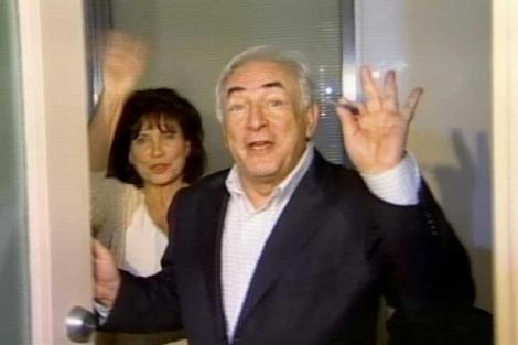 Strauss-Kahn y su mujer Anne Sinclair saludan a los medios. | Reuters