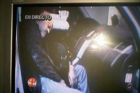 Una imagen tomada a una pantalla de TV de Facundo Cabral muerto. MÁS IMÁGENES