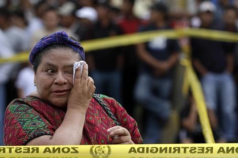 La Nobel de la Paz Rigoberta Menchú llega al lugar del asesinato. | Efe