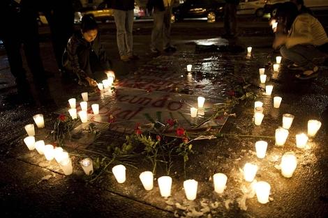 Decenas de velas y flores en el lugar donde fue asesinado Facundo Cabral. | AP