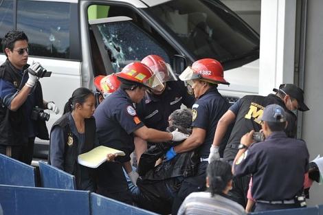 Bomberos retiran el cuerpo sin vida de Facundo Cabral del vehículo atentado. | AFP