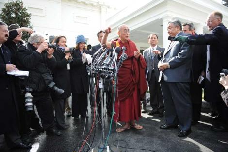 El Dalai Lama habla con la prensa después de su reunión con Obama en febrero de 2010. | AFP