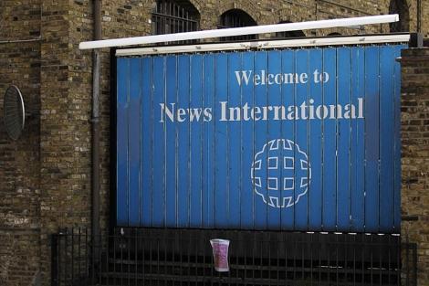 Un cartel en el exterior de las oficinas del grupo en Londres. | AP