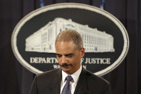 Eric Holder hace una pausa durante la rueda de prensa. | AP