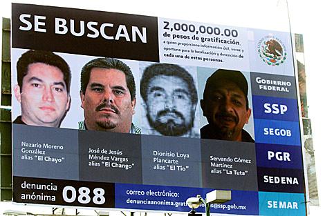 La valla en la que la Fiscalía ofrecía una recompensa por la captura de varios 'narcos': el último a la derecha es 'La Tuta'.
