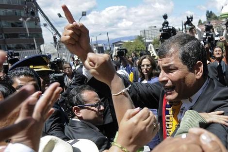 El presidente Rafael Correa habla con gente en las calles de Quito. | AP