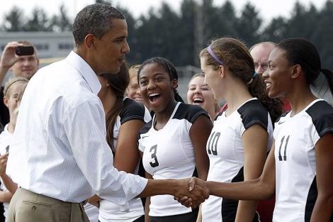 Obama saluda a las deportistas de una escuela de Illinois. | Reuters