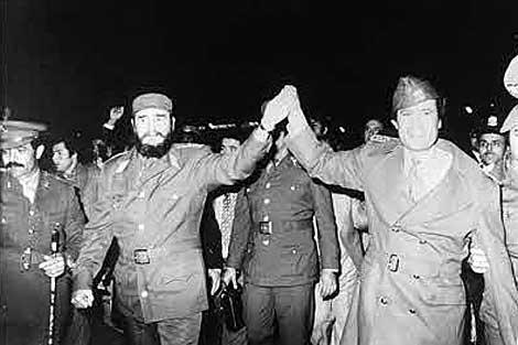Fidel Castro es recibido por Muamar Gadafi a su llegada a Libia en 1977.