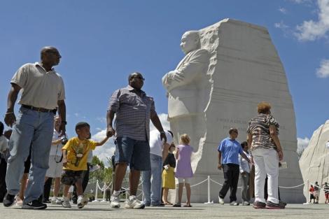 Los primeros visitantes admiran el monumento. I AP