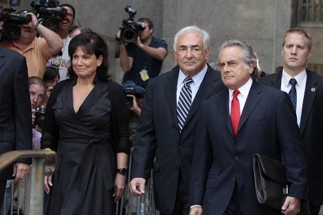 DSK sale del Tribunal Supremo de Manhattan con su mujer y uno de sus abogados. | AFP