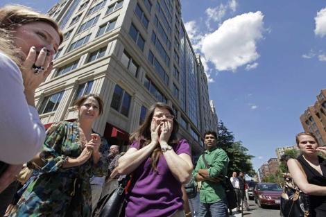 Personas asustadas se congregan en el centro de Washington luego del terremoto. | AP